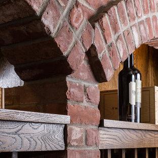 Foto di una grande cantina rustica con rastrelliere portabottiglie, pavimento in ardesia e pavimento grigio