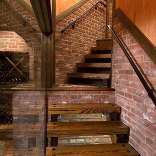 Inspiration för stora rustika vinkällare, med vinhyllor, tegelgolv och rött golv