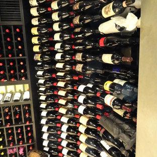 Aménagement d'une cave à vin romantique de taille moyenne avec un sol en carrelage de céramique et un présentoir.