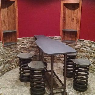 Idee per una cantina industriale di medie dimensioni con pavimento in pietra calcarea e portabottiglie a vista