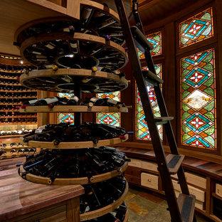 Inspiration för en vintage vinkällare, med skiffergolv och vinhyllor
