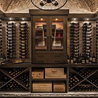 Exempel på en mellanstor klassisk vinkällare, med skiffergolv, vinställ med diagonal vinförvaring och grått golv