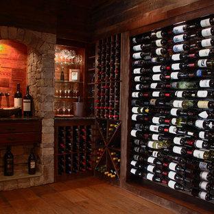 Cette photo montre une petit cave à vin nature avec un présentoir.