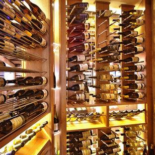Idée de décoration pour une cave à vin nordique de taille moyenne avec un présentoir.