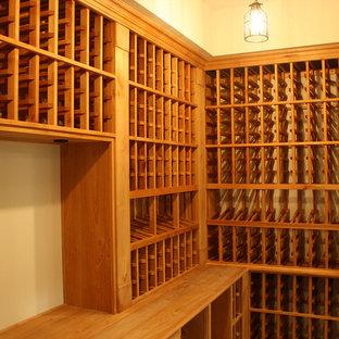Ejemplo de bodega clásica, de tamaño medio, con suelo de madera en tonos medios y botelleros