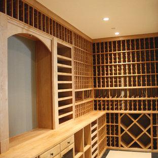 Idéer för en mellanstor klassisk vinkällare, med mellanmörkt trägolv och vinhyllor