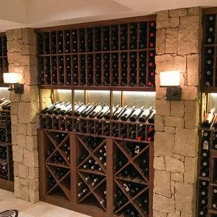 Idéer för en stor modern vinkällare, med kalkstensgolv, vinställ med diagonal vinförvaring och beiget golv