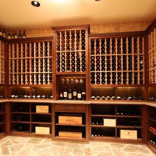 Inspiration pour une cave à vin sud-ouest américain de taille moyenne avec un sol en travertin, des casiers et un sol beige.