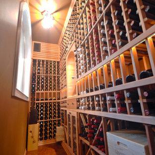 Exemple d'une grand cave à vin craftsman avec un sol en liège, des casiers et un sol marron.