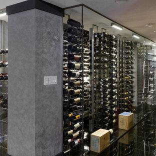 Aménagement d'une cave à vin moderne avec un sol noir.