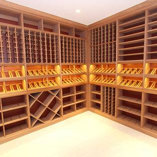 Idéer för att renovera en mellanstor funkis vinkällare, med ljust trägolv, vindisplay och beiget golv