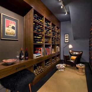 Diseño de bodega contemporánea con moqueta, botelleros y suelo beige