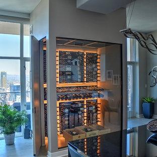 Inspiration pour une petit cave à vin design avec un sol en carrelage de porcelaine et un présentoir.