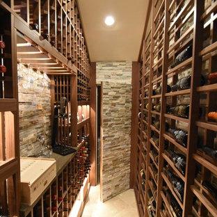 Inspiration pour une cave à vin traditionnelle de taille moyenne avec un sol en marbre et un présentoir.