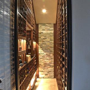 Inspiration pour une cave à vin marine de taille moyenne avec un sol en marbre et un présentoir.