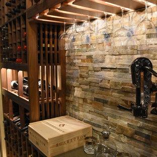 Réalisation d'une cave à vin champêtre de taille moyenne avec un sol en marbre et un présentoir.