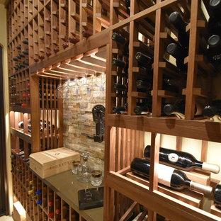 Réalisation d'une cave à vin craftsman de taille moyenne avec un sol en marbre et un présentoir.