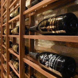 サンディエゴの中サイズのシャビーシック調のおしゃれなワインセラー (大理石の床、ディスプレイラック) の写真