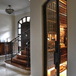Aménagement d'une cave à vin méditerranéenne de taille moyenne avec un sol en marbre et un présentoir.