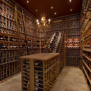 Exemple d'une grand cave à vin chic avec des casiers, un sol en calcaire et un sol beige.