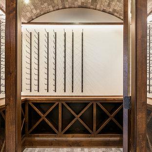 Ejemplo de bodega de estilo americano, grande, con suelo de madera clara, vitrinas expositoras y suelo beige