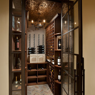 Idéer för en liten medelhavsstil vinkällare, med tegelgolv, vinhyllor och flerfärgat golv