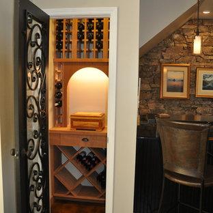 他の地域の小さいエクレクティックスタイルのおしゃれなワインセラー (ディスプレイラック) の写真