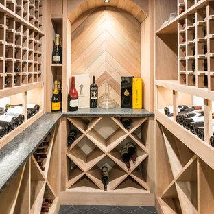 Inspiration för en vintage vinkällare, med vinställ med diagonal vinförvaring och grått golv