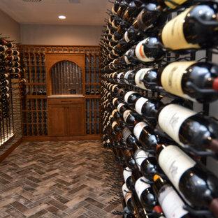 Réalisation d'une cave à vin design de taille moyenne avec des casiers.