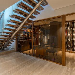 Ejemplo de bodega contemporánea, grande, con suelo de baldosas de porcelana y vitrinas expositoras