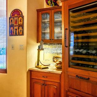 アルバカーキの小さいサンタフェスタイルのおしゃれなワインセラー (ディスプレイラック) の写真