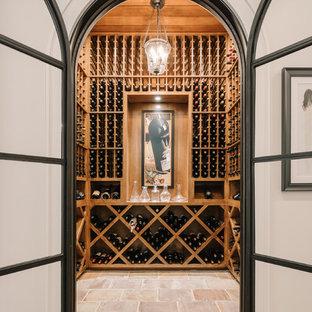 Inredning av en klassisk vinkällare, med vinställ med diagonal vinförvaring och beiget golv