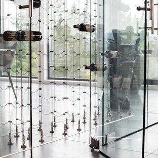 Imagen de bodega minimalista, de tamaño medio, con vitrinas expositoras, suelo gris y suelo de baldosas de cerámica