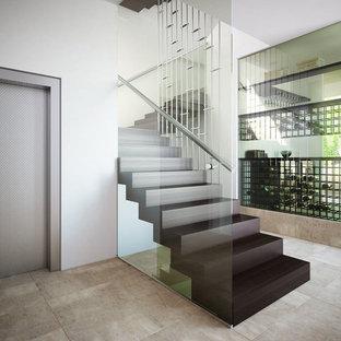 Ejemplo de bodega moderna, de tamaño medio, con suelo de mármol y vitrinas expositoras