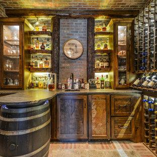 ミネアポリスの中くらいのラスティックスタイルのおしゃれなワインセラー (レンガの床、ワインラック) の写真