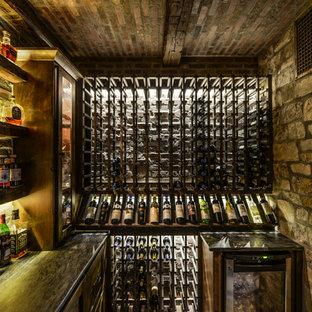 Bild på en mellanstor rustik vinkällare, med tegelgolv och vinhyllor