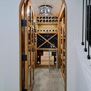 Imagen de bodega de estilo americano, grande, con suelo de madera clara, vitrinas expositoras y suelo gris