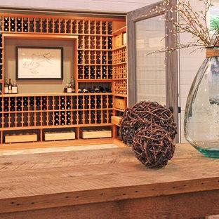 Immagine di una cantina eclettica con pavimento in mattoni e rastrelliere portabottiglie