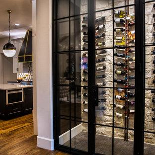 ダラスの中サイズのエクレクティックスタイルのおしゃれなワインセラー (濃色無垢フローリング、ディスプレイラック、黒い床) の写真