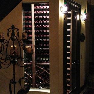 Idéer för att renovera en liten funkis vinkällare, med betonggolv och vinhyllor