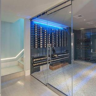 Diseño de bodega moderna, extra grande, con moqueta, vitrinas expositoras y suelo gris