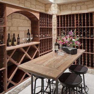 Imagen de bodega clásica renovada con suelo de cemento y botelleros