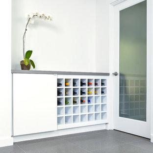 Diseño de bodega pequeña con suelo de baldosas de cerámica y botelleros