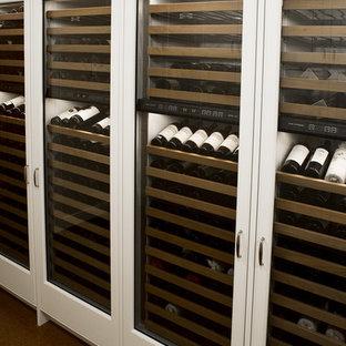 Foto de bodega actual, grande, con suelo de corcho, botelleros y suelo marrón