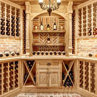 Idéer för lantliga vinkällare, med tegelgolv, vinhyllor och rött golv