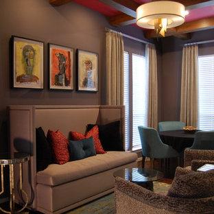 Ispirazione per una cantina eclettica di medie dimensioni con parquet scuro e pavimento marrone