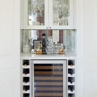 Imagen de bodega clásica renovada, pequeña, con suelo de baldosas de porcelana, vitrinas expositoras y suelo multicolor