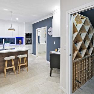 Immagine di una piccola cantina scandinava con pavimento in gres porcellanato, portabottiglie a scomparti romboidali e pavimento beige