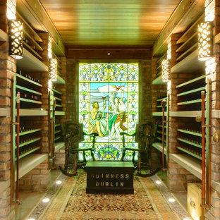 Idee per una grande cantina tradizionale con rastrelliere portabottiglie e pavimento in pietra calcarea