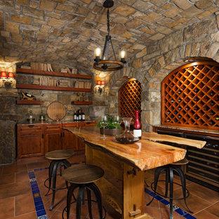 Mediterraner Weinkeller mit Terrakottaboden und braunem Boden in Detroit